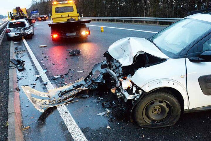Die Wagen waren nach dem Crash nur noch Schrott.