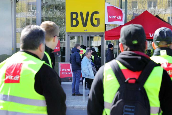 Immerhin fiel die Bahn nicht während eines BVG-Streiks aus. Das hätte zu größeren Schwierigkeiten führen können! (Symbolbild)