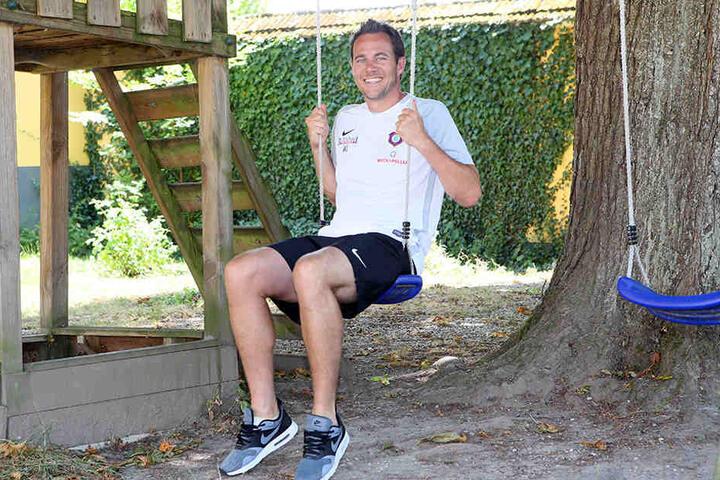 Das Kind im Manne! Co-Trainer Wolfgang Luisser auf der Schaukel.