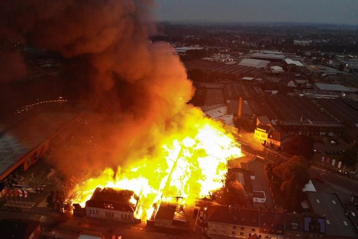 Helle Flammen schlugen am Mittwoch aus einem Gebäudekomplex im Stadtteil Eicken (Luftaufnahme mit Drohne).