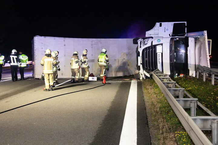 Der Lkw kippte auf die Seite und blockiert die gesamte Fahrbahn Richtung Dresden.