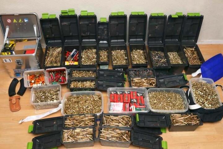 Außerdem wurde eine große Menge Munition bei der Durchsuchung gefunden.
