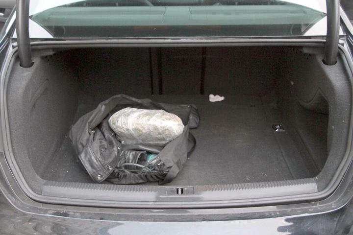 1100 Gramm abgepacktes Marihuana fanden die Beamten im Kofferraum.