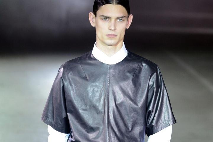 Ein Model zeigt die Mode des Labels Qasimi Homme auf der Pariser Fashion Week 2013.