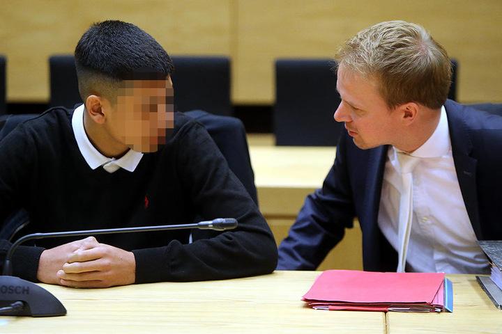 Hier berät Verteidiger Tobias Diedrich (re.) den 15-jährigen Angeklagten (li.).