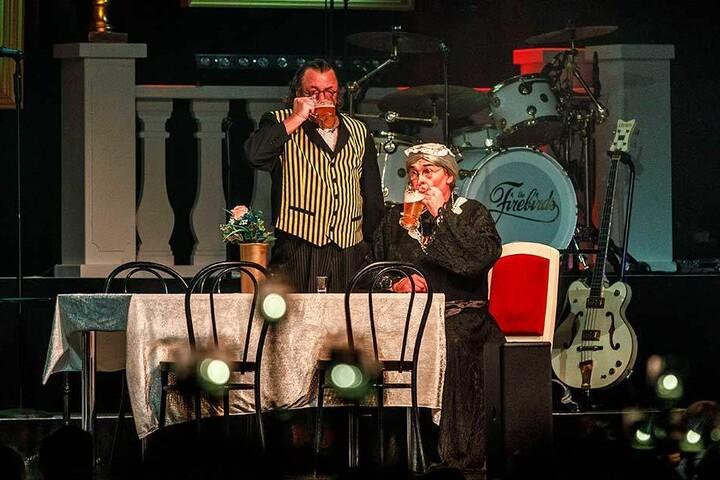 Kai Neumayer als Kümmerling (li) und Joachim Lippmann als Schlicht spielen Dinner For One.