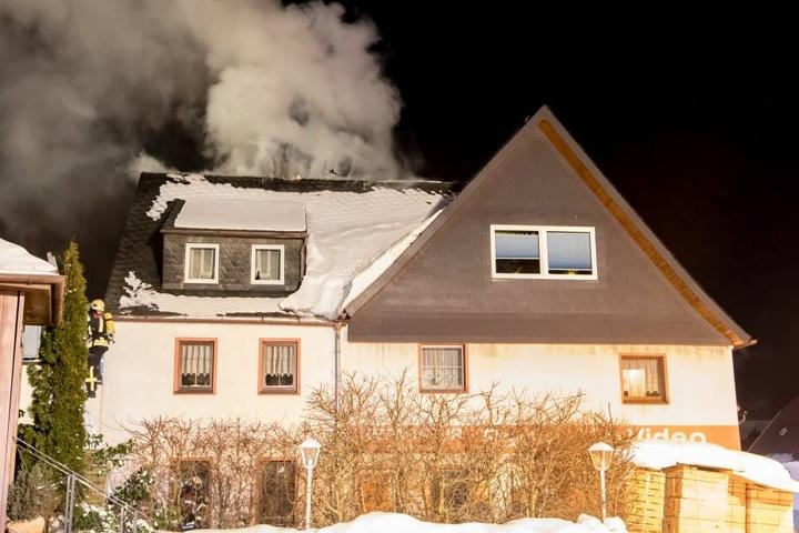 Aus dem Dachstuhl drangen dicke Rauchwolken.