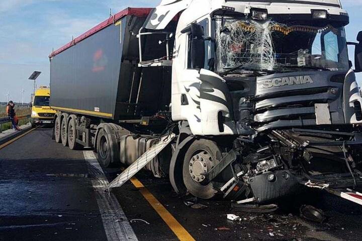 Das Fahrerhaus des Scania wurde völlig zertrümmert. Der Fahrer blieb glücklicherweise unverletzt.