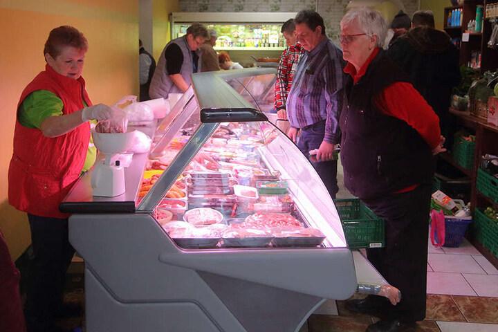 Angebot und Bedienung wie beim Fleischer: An der Freitaler Tafel kommt niemand zu kurz.