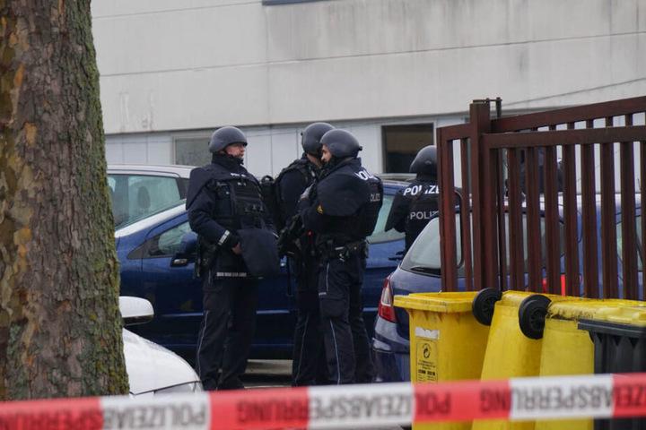 Am Tatort: Polizisten stehen hinter Absperrband in Waiblingen.