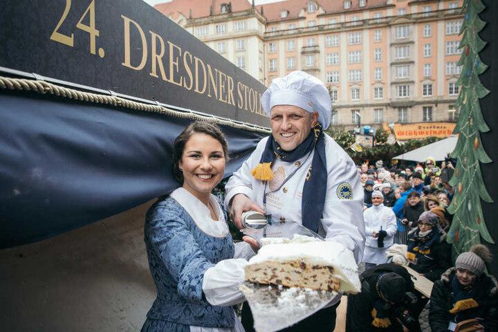 Zusammen mit dem diesjährigen Stollenmädchen werden Bäcker auch dieses Jahr wieder den Riesenstollen anschneiden.