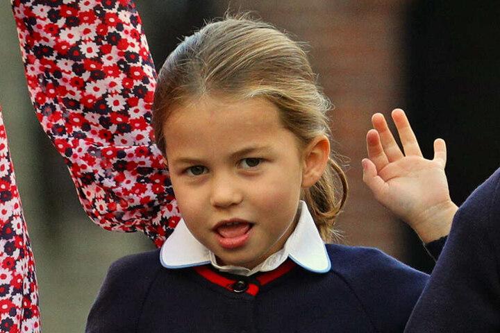"""Prinzessin Charlotte winkt an ihrem ersten Schultag an der Schule """"Thomas's Battersea""""."""