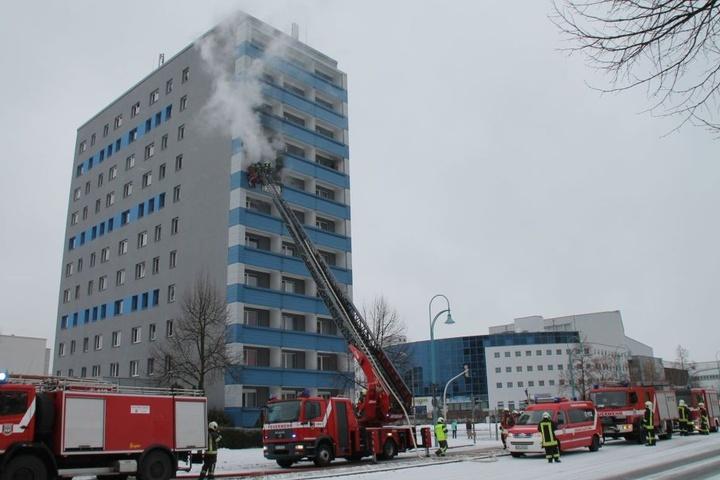 Rund 50 Einsatzkräfte löschten die Flammen durch einen Innenangriff und über die Drehleiter.