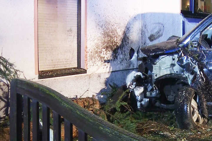 Am Auto entstand Totalschaden. Das Haus wurde nicht erheblich beschädigt.