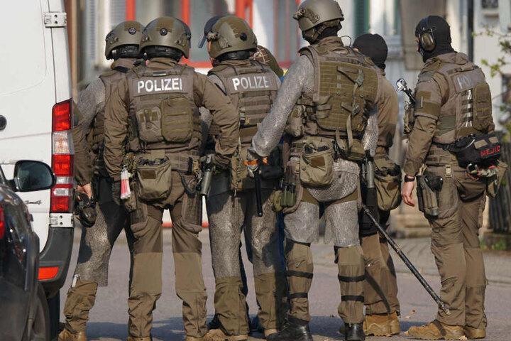 Da der Mann mit einem Messer auf dem Fenstersims saß und drohte, sich umzubringen, wurden Spezialeinsatzkräfte des SEK hinzugezogen.