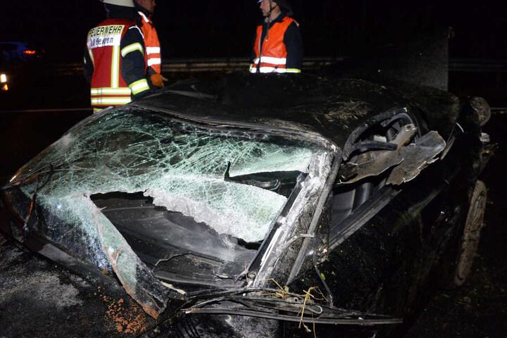 Auch die Windschutzscheibe des Wagens war komplett zerborsten.