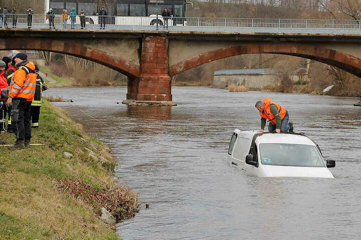 Der Caddy versank etwa bis zur Hälfte im Fluss.