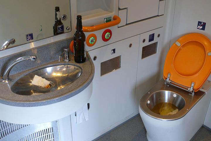 Eine von HFC-Fans verwüstete Zug-Toilette.
