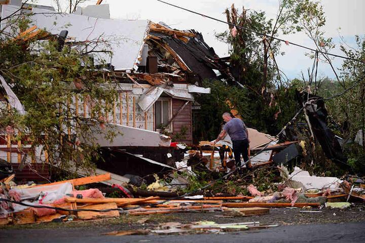 Der Tornado beschädigte Autos und Häuser in einer Gemeinde westlich von Ottawa.