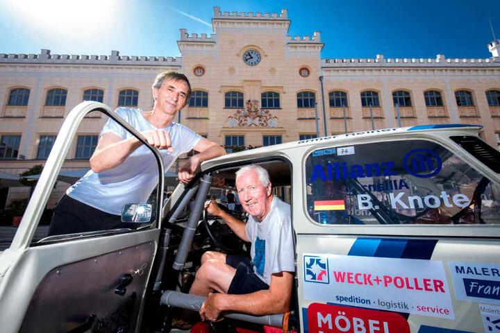 """Powerpappe: Johannes Schmutzler (56, l.) und Bernd Knöte (70) vom """"Motorsportclub Zwickau"""" werden mit einem Ralleytrabi auf dem Automobiltag dabei sein."""