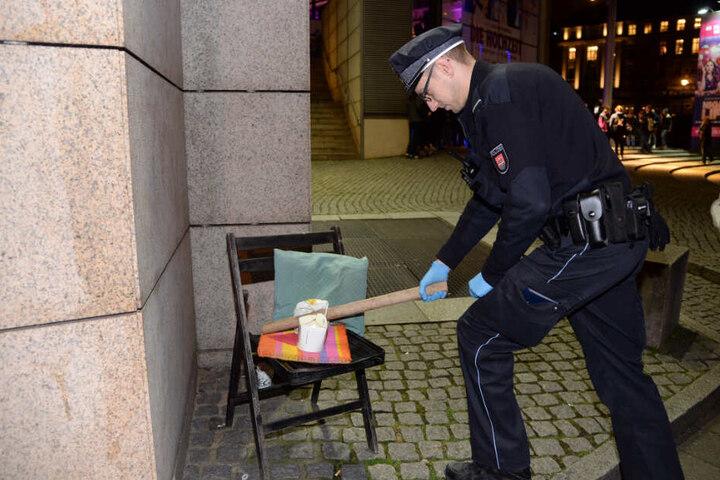 Ein Polizist sichert vor dem Kino das Stuhlbein.