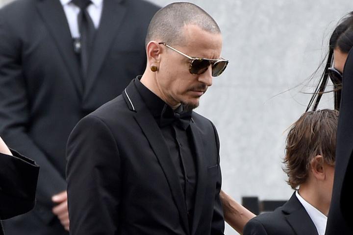 Im Mai hatte sich sein guter Freund Chris Cornell mit 52 Jahren das Leben genommen. Hier trauert Bennington auf dessen Beerdigung.