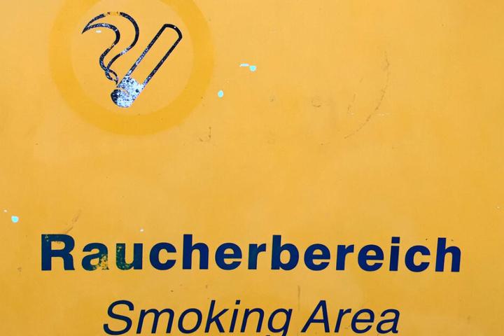 Der Vater hielt sich noch im Raucherbereich auf.