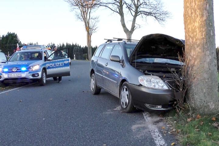 Der Toyota knallte gegen einen Baum.