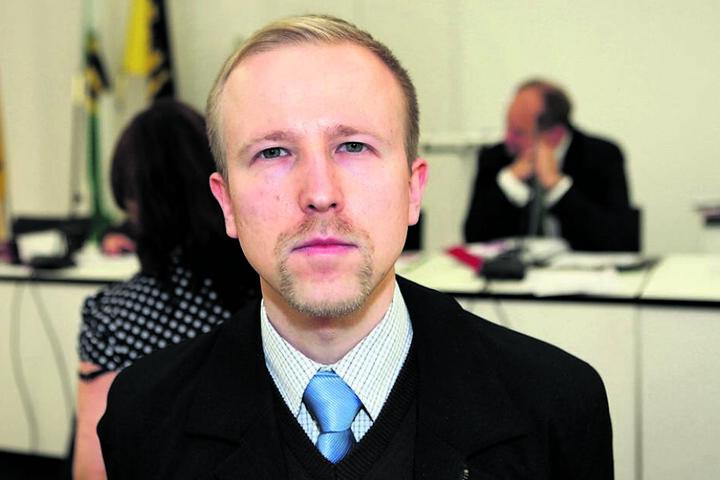 AfD-Chef Gordon Engler (33) will die Parkplätze an der Loschwitzer Brücke erhalten.