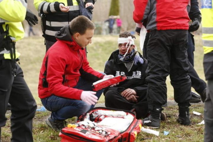 Mindestens zwei Personen wurden bei den Ausschreitungen verletzt.
