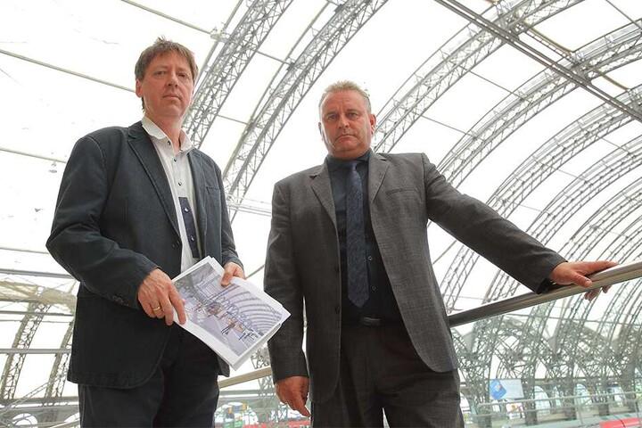 Wollen den Dachschaden beheben: Heiko Klaffenbach (53) und Erik Spieler (50) von der Deutschen Bahn.