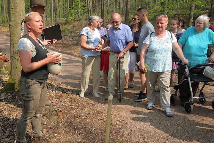 Yvonne Koitzsch (45) bei einer Waldführung am Wochenende. Auch die Trauerbegleitung zur Beisetzung gehört zu ihren Aufgaben.