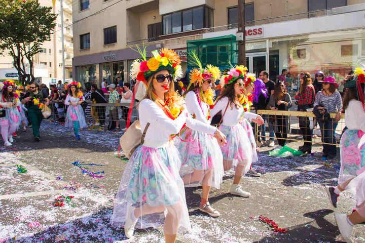 Geht der Straßenkarneval los, sorgen Kostüme, Alkohol und Musik für Heiterkeit auf den Straßen.