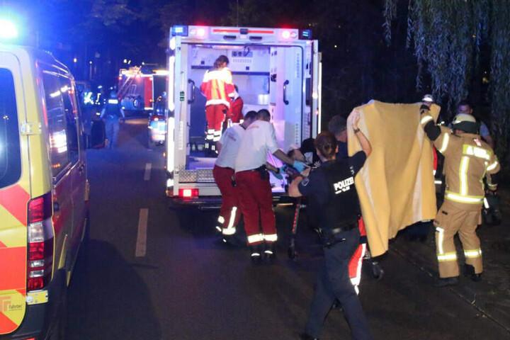 Der mutmaßliche Dieb wird mit einem Rettungswagen ins Krankenhaus gebracht.
