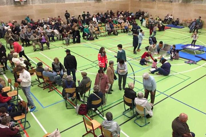Die Evakuierung läuft noch, aber die Turnhalle am Andrégymnasium ist schon voll.