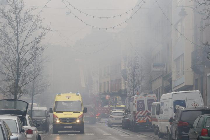 Die ganze Straße ist in dichten Rauch gehüllt. Sechs Menschen verletzten sich bei der Explosion.