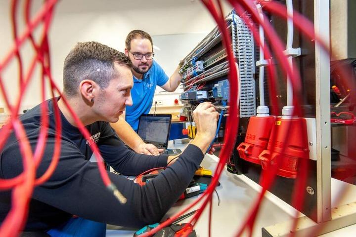 Schaltungen verstehen: Auch in den Elektro-Berufen gibt es noch viele freie Lehrstellen in der Region.