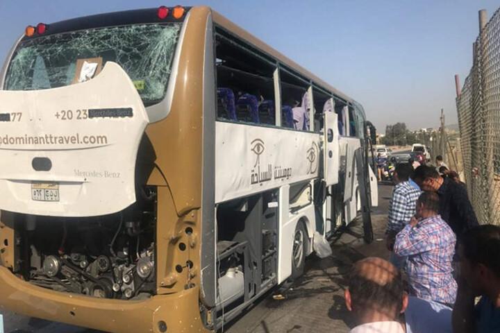 Bei der Bombenexplosion nahe der Pyramiden von Gizeh in Ägypten sind mehrere Menschen verletzt worden. Der Sprengsatz sei dort am Straßenrand explodiert, als ein Touristenbus vorbeifuhr.