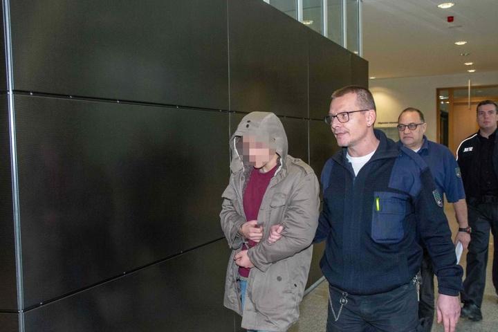 Der Angeklagte auf dem Weg in den Gerichtssaal.