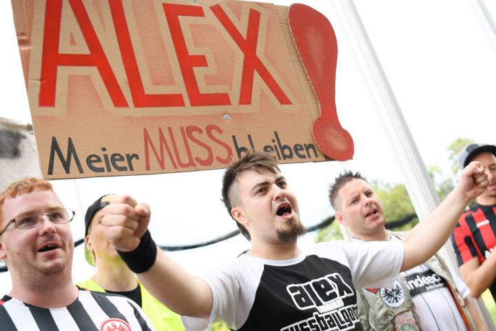 Mit Plakaten brachten die Fans ihre Forderung zum Ausdruck.
