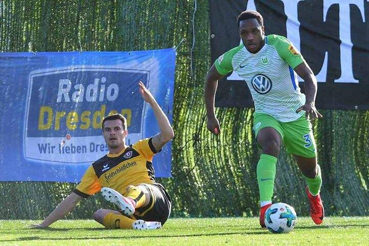 Foul? Philip Heise (l.) reklamiert im Testspiel gegen den VfL Wolfsburg nach einem Zweikampf mit Kaylen Hinds.