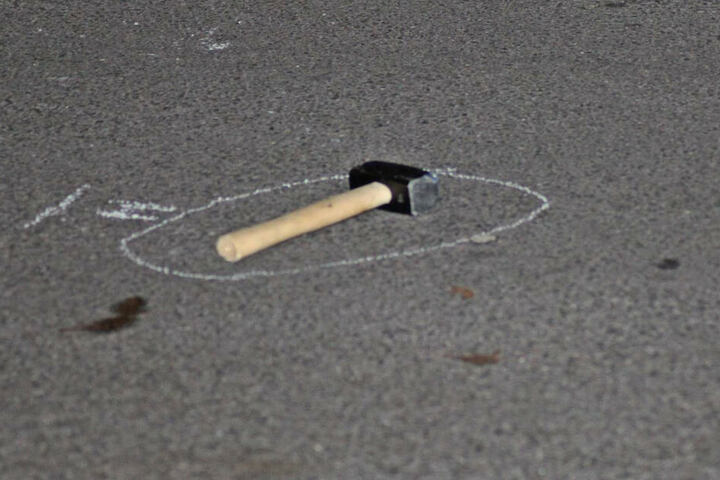 Mit diesem Hammer schlug der 25-Jährige auf Autos ein.