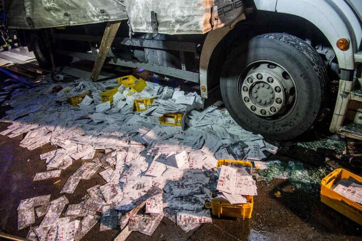 Der Lastwagen war mit tausenden Briefen beladen.