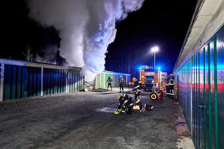 Die Flammen schlugen aus drei Garagen. Hier verschaffen sich die Feuerwehrleute Zugang zum Hauptbrandort.