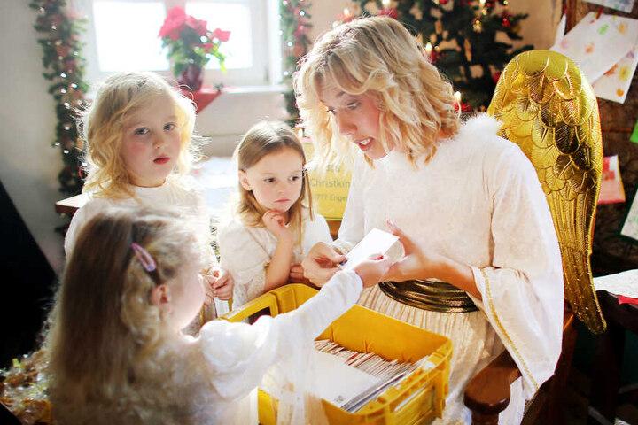 Noch zweieinhalb Monate bis Heiligabend, doch bei der Christkind-Adresse der Post in Engelskirchen laufen schon wieder die Bittbriefe ein.