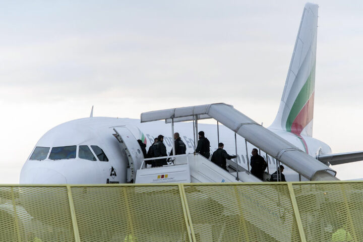 Abgelehnte Asylbewerber steigen im November am Baden-Airport in ein Flugzeug.