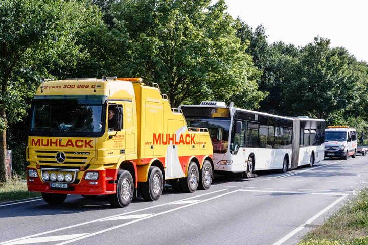 Der Bus, in dem das Unglück passierte, wurde abtransportiert.