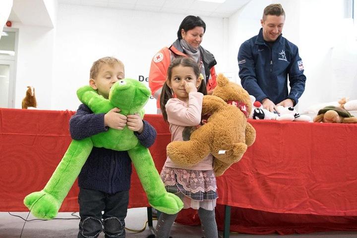 200 Plüschtiere wurden im Flüchtlingsheim auf der Hamburger Straße an Kinder verschenkt.