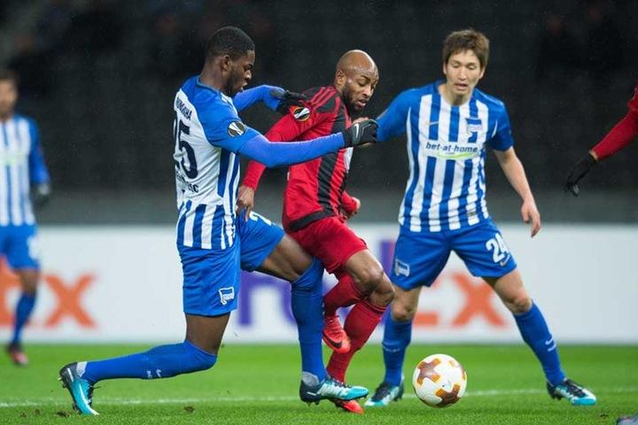 Berlins Jordan Torunarigha (l) und Genki Haraguchi (r) kämpfen um den Ball gegen Östersunds Fouad Bachirou.