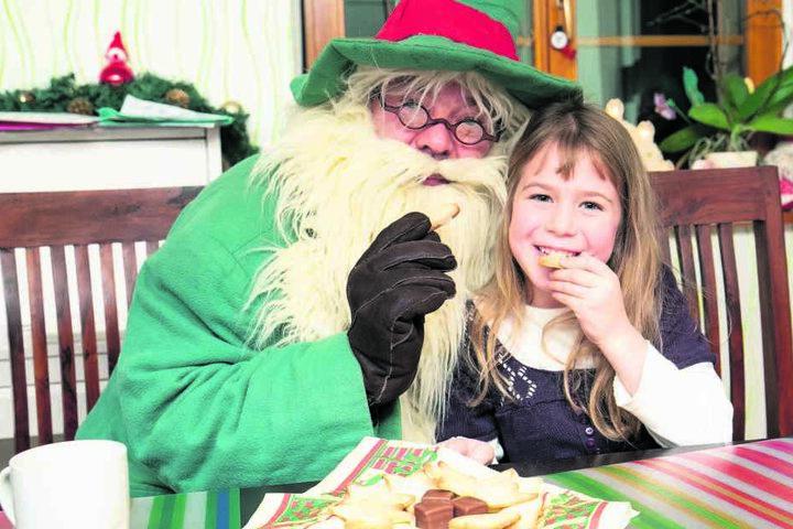 Räuchermann Knoxi überbrachte bei Plätzchen und Tee Miriam (6) die frohe Kunde, dass sie die nächste Pfefferkuchenprinzessin wird. Ihr Strahlen sagt mehr als 1000 Worte.